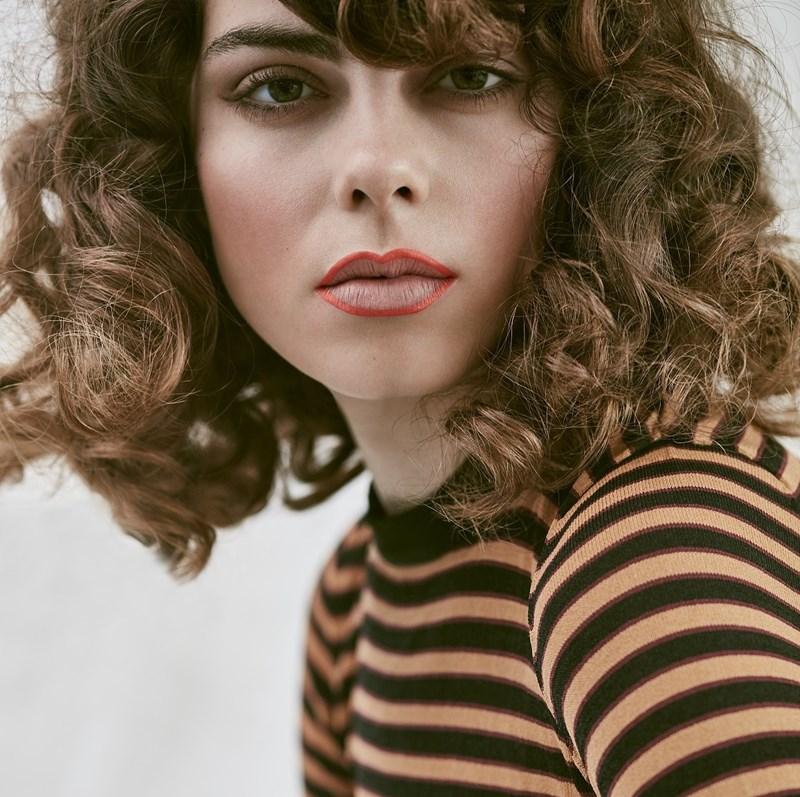 70iger Jahre inspirierter Make Up Look mit rotem Liner